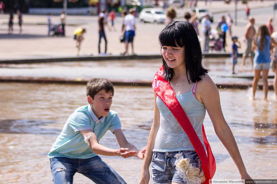 Выпускница с лентой в фонтане
