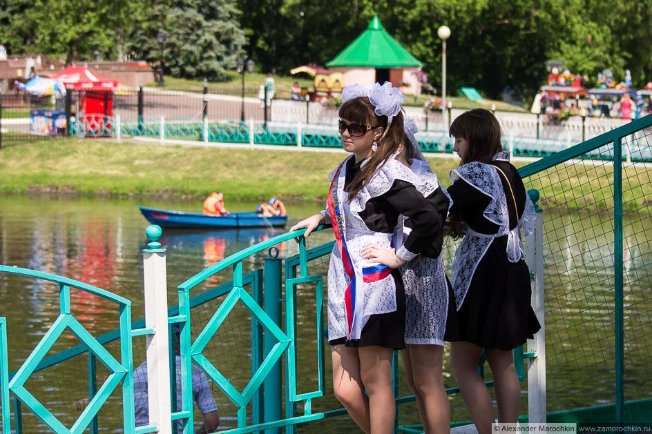 Школьницы-выпускницы в парке