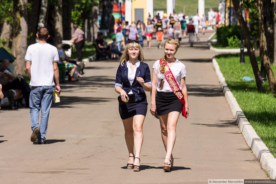 Выпускницы в коротких юбках