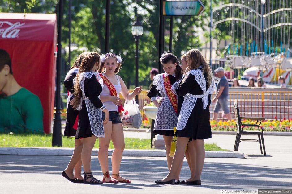 Выпускницы в школьных платьях