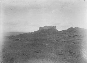 Окрестности города. Руины крепости, дальше вниз по дороге захоронение неизвестного мусульманина
