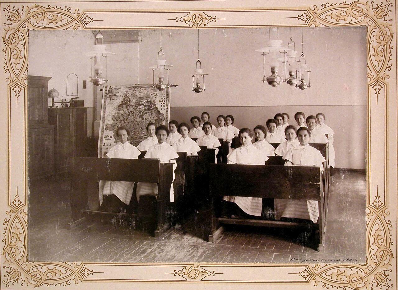 10. Воспитанницы выпускного класса за партами во время урока географии