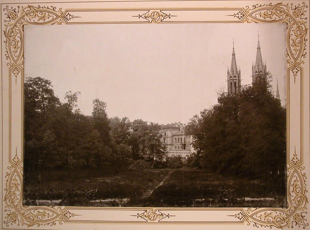 22. Вид наздание института со стороны парка; справа - готический собор