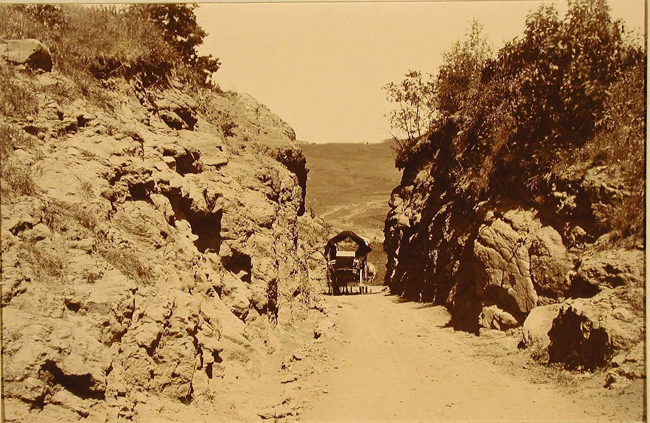 Повозка на одной из горных дорог, идущих среди скал, образующих Орлиные ворота