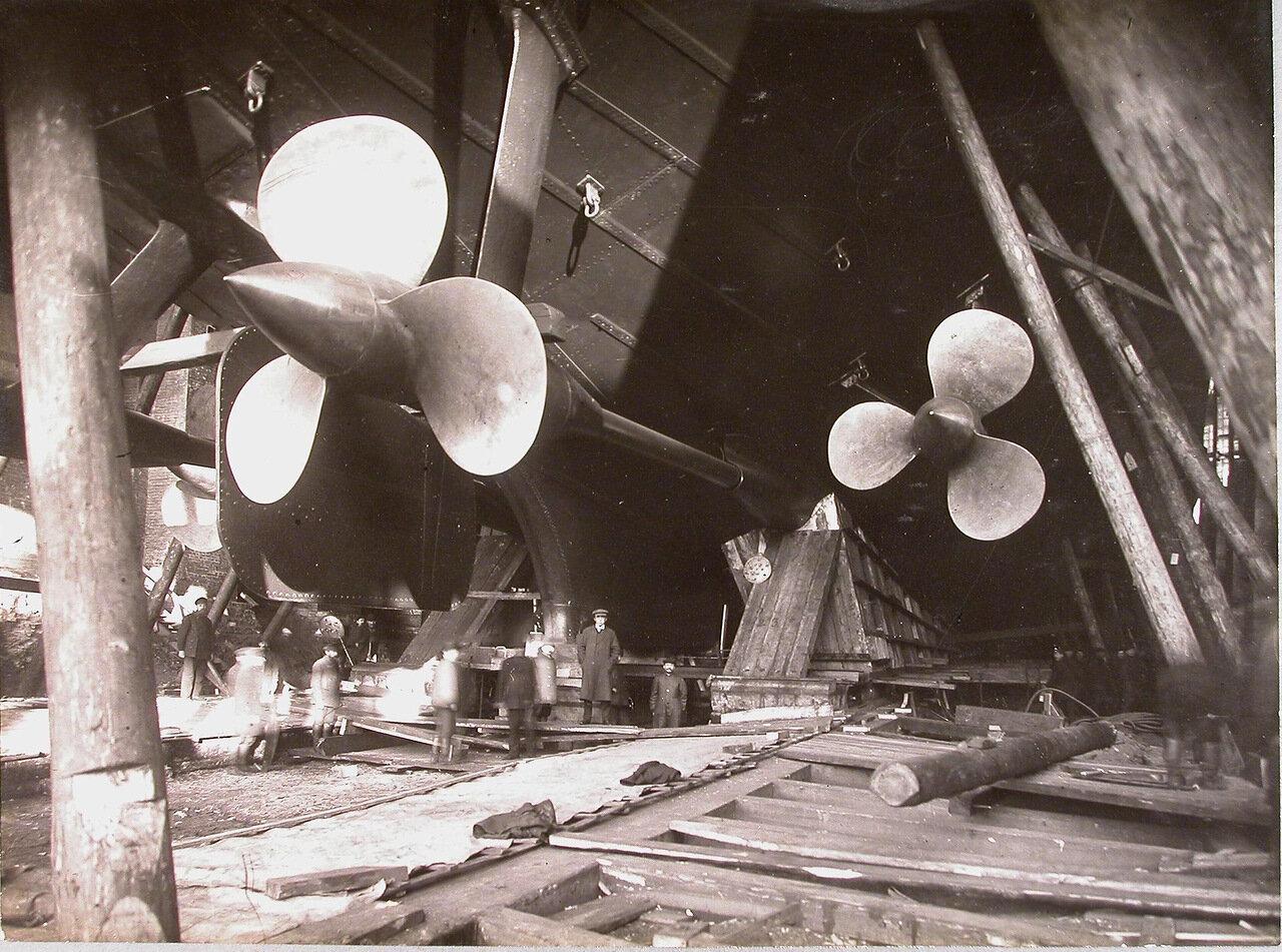 32. Группа судостроителей у внутреннего и наружного гребных винтов правого борта строящегося линейного корабля «Полтава». 24 июня 1911 г.
