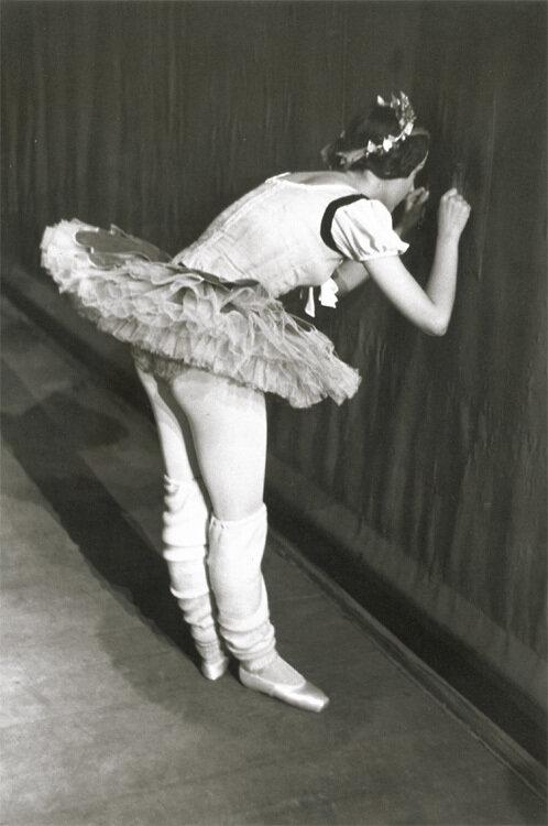 1950-е. Балерина смотрит через занавес