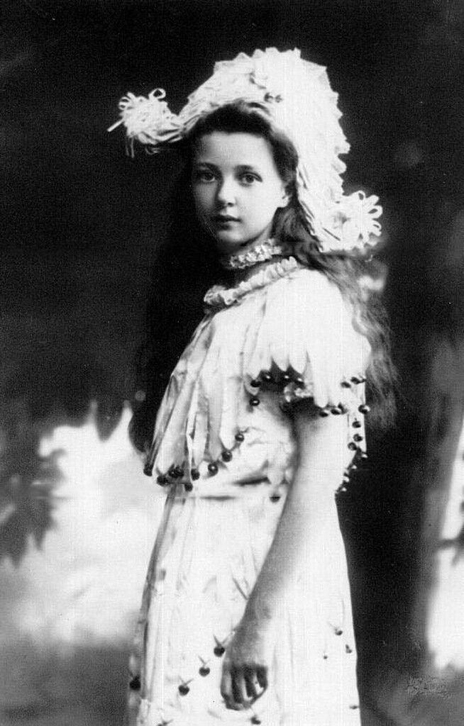Младшая дочь П.А.Столыпина Александра в маскарадном костюме