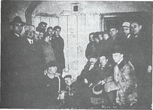 Экскурсия чехословацкой делегации в расстрельную комнату.
