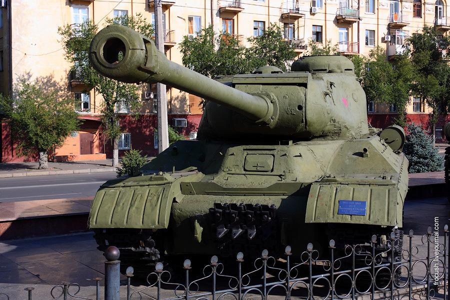 Тяжелый танк ИС-2.