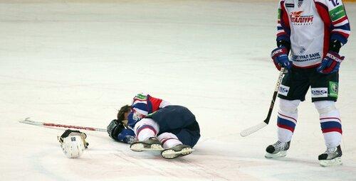 Денис Абдуллин не может подняться со льда