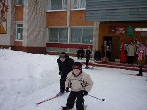 На лыжне праздника мальчишки.