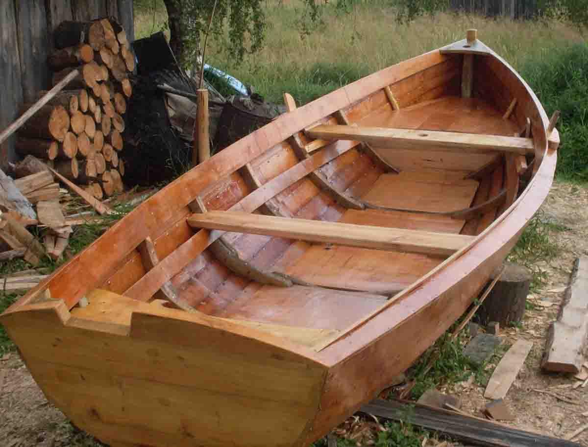 лодка из дерева или камня