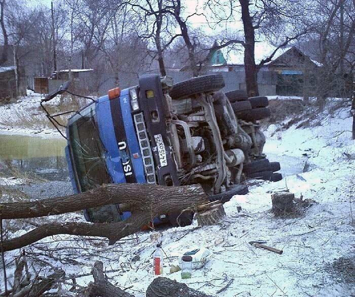 Грузовик упал с моста в пригороде Владивостока