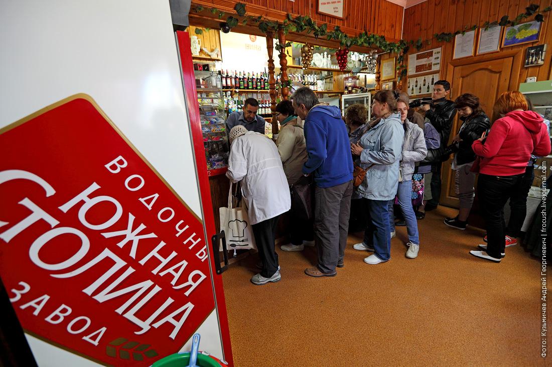 А потом всех туристов привезли в местный винный магазин, где они смогли приобрести продукцию винодельни «Ведерников»