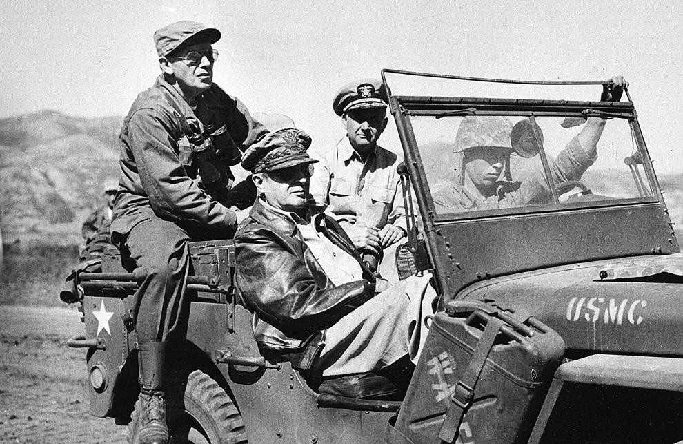 Генерал Дуглас Макартур (Douglas MacArthur) в кожаном пиджаке осматривает территорию новой инчхонской линии фронта на западе Корейского полуострова, 19 сентября 1950 года. (AP PhotoU.S. Army Signal Corps).jpg