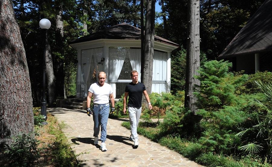 С председателем правительства Дмитрием Медведевым в резиденции Бочаров ручей-1, 30.08.15.jpg