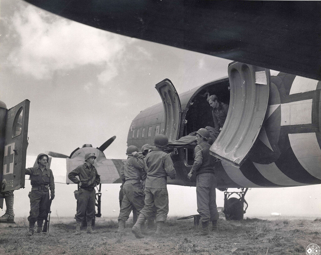 Collection Rodger Hamilton: The War Photoshttp://wosu.org/2012/archive/hamilton/gallery.php?page=gallery1Bodies being loaded onto plane. The stripes on the plane are D-Day specific.Par rapprochement avec la p013219http://www.flickr.com/search/?w=5