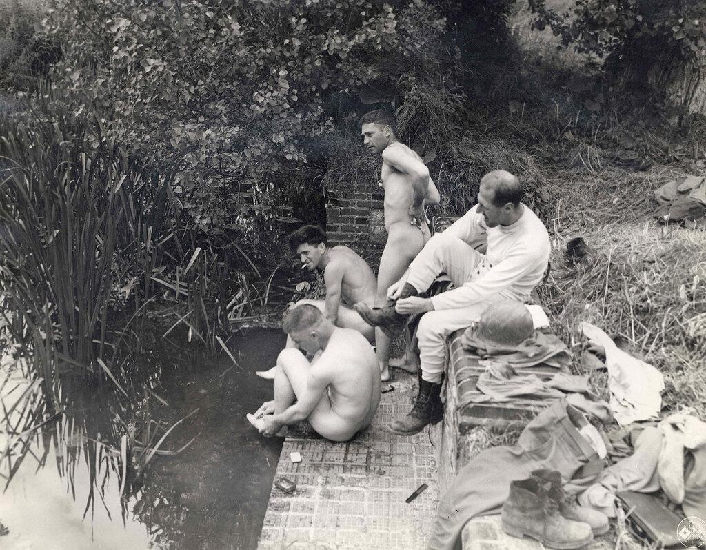 Collection Rodger Hamilton: The War Photoshttp://wosu.org/2012/archive/hamilton/gallery.php?page=gallery1Soldiers bathing. Cherbourg.Quatre soldats américains se lavent dans une mare.Trois sont déjà entièrement nus et le quatrième se déshabille.