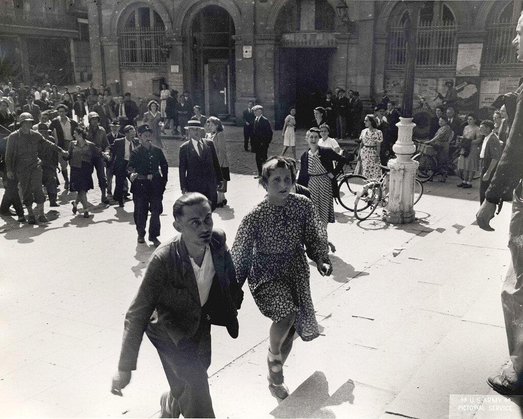 Collection Rodger Hamilton: The War Photoshttp://wosu.org/2012/archive/hamilton/gallery.php?page=gallery1La scène se passe à Laval, Place de la Mairie, dont on voit les marches à droite.Le bâtiment en arrière-plan est actuellement le Centre Administ