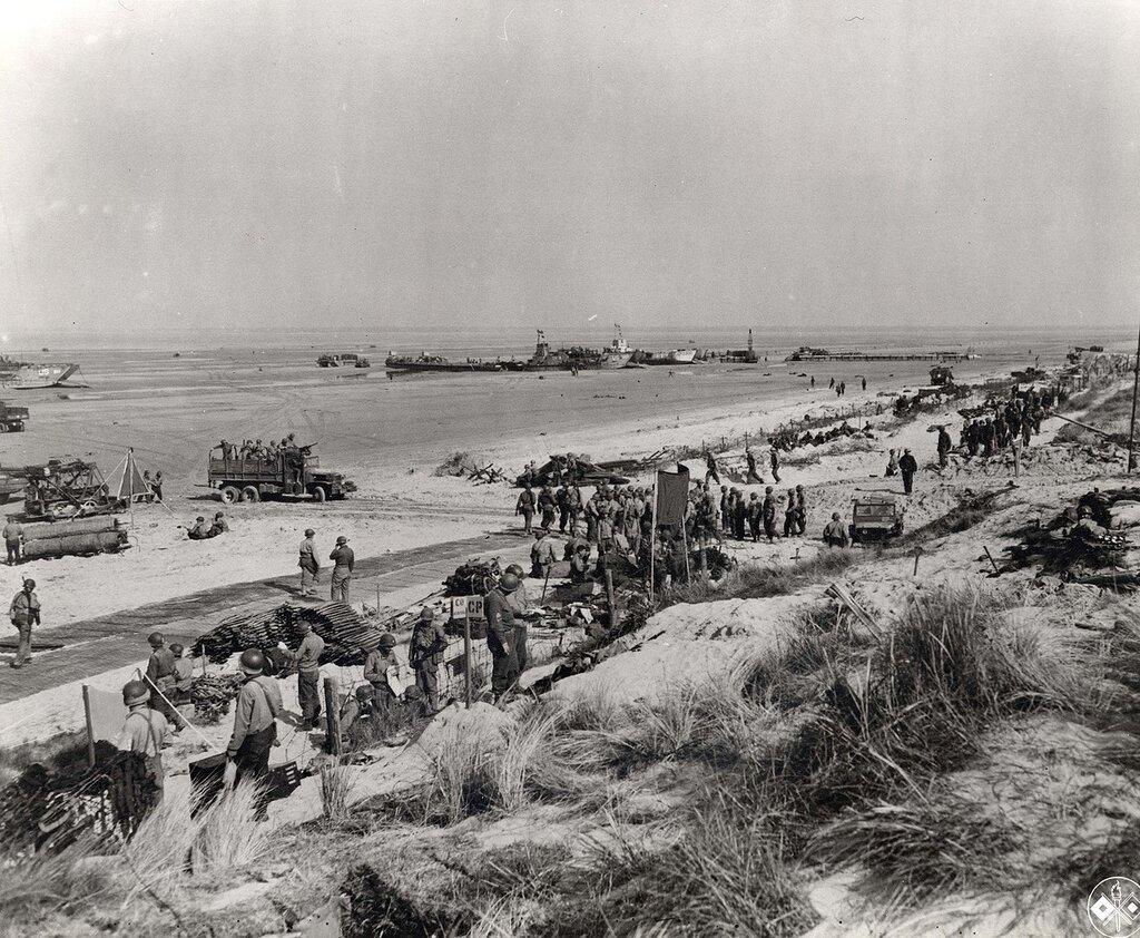 Collection Rodger Hamilton: The War Photoshttp://wosu.org/2012/archive/hamilton/gallery.php?page=gallery1Plage de débarquement d'Utah Beach, le 8 juin 1944. L'établissement de la tête de pont américaine s'effectue petit à petit. Le matériel et les véh