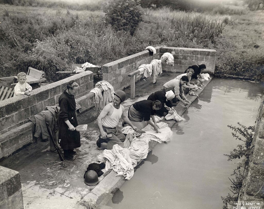 Collection Rodger Hamilton: The War Photoshttp://wosu.org/2012/archive/hamilton/gallery.php?page=gallery1:Two yanks take lessons on clothes washing from French peasants somewhere near Avaranches.Deux soldats américains lavent leur linge à un lavoi