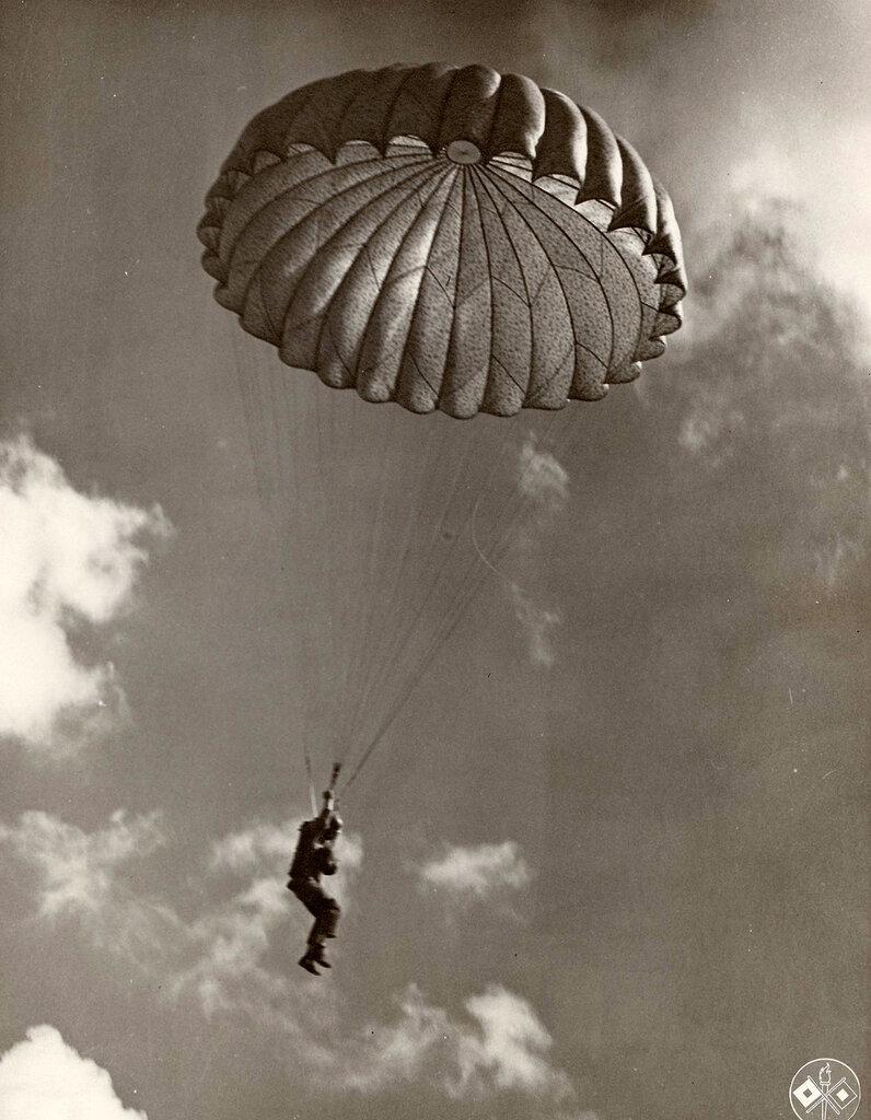 Collection Rodger Hamilton: The War Photoshttp://wosu.org/2012/archive/hamilton/gallery.php?page=gallery1Airborne paratrooper over England (pre-invasion).Un parachutiste en saut d'entrainement (pas de paquetage)