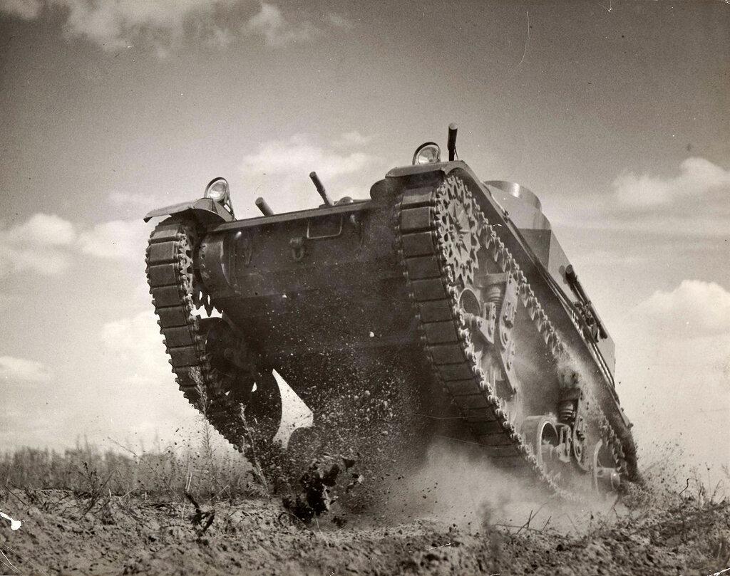 Collection Rodger Hamilton: The War Photoshttp://wosu.org/2012/archive/hamilton/gallery.php?page=gallery1Sherman tank, on its way to Coutance, France.Pour PhotosNormandie : sous cet angle difficile de définir exactement le modèle M1 ou M2,en tout