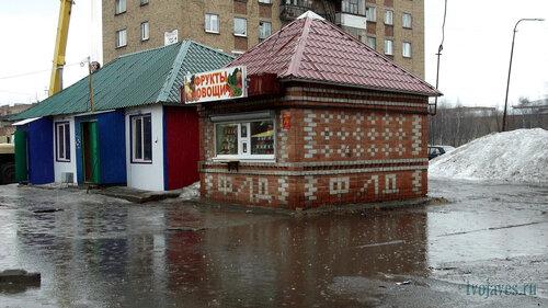 Фото города Инта №6565  Торговые палатки, расположенные с восточной стороны Дзержинского 25 07.05.2014_12:01