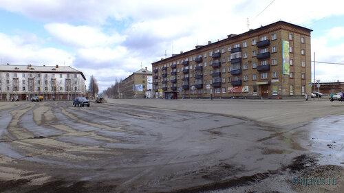 Фото города Инта №6700  Чистка площади Комсомольской (кирова 38, 29 и 31) 22.05.2014_13:54
