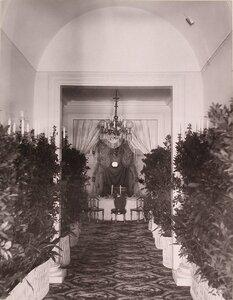 Вид накрытого к [праздничному ужину] стола в одном из помещений Благородного (Дворянского) собрания (в дни коронационных торжеств).