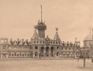 Вид празднично украшенного и иллюминированного к торжествам коронации здания гауптвахты и пожарной каланчи на площади перед домом генерал-губернатора