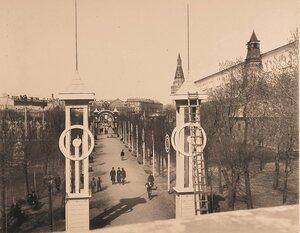 Вид установленных в Александровском саду к торжествам коронации колонн и арок;справа-Средняя Арсенальная башня и Угловая Арсенальная башня Кремля.