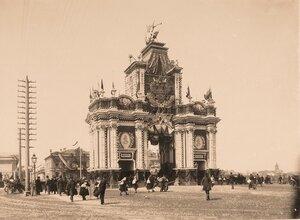 Вид празднично украшенных (под руководством  архитектора Б.В.Фрейденберга) к торжествам коронации Красных ворот (1753-1757 гг., архитектор Д.В.Ухтомский).