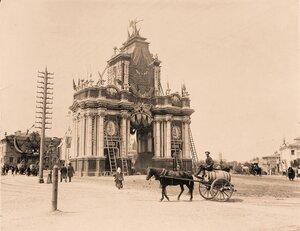 Вид Красных ворот во время украшения и установки иллюминации в дни подготовки к торжествам коронации.