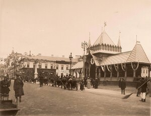 Вид одного из четырёх павильонов, выстроенных к торжествам коронации, на Тверской улице.