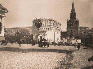 Вид на Кутафью башню Кремля, украшенную гербом к торжествам коронации, и Троицкую башню.