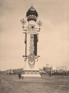 Вид одной из двух  празднично украшенных и иллюминированных колонн,установленной к торжественной коронации на площади Тверской заставы перед Триумфальными воротами.
