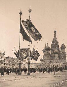 Горожане на Красной площади у собора Василия Блаженного (Покровского что на Рву) в дни празднования коронации.