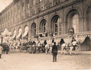Карета, запряжённая шестёркой лошадей, у здания Большого Кремлёвского дворца в дни коронационных торжеств.