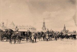 Военные и гражданские чины, дворцовые служащие у карет и экипажей участников торжественной коронации в Кремле; на втором планеслева-часть фасада Малого Николаевского дворца,в центре-Спасская башня