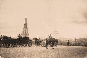 Экипажи участников торжественной коронации [у] Водовзводной башни Кремля (слева); на втором плане, правее виден Храм Христа Спасителя.
