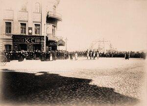 Горожане около дома, где находился магазинЧай братьев К. и С.Поповых в ожидании [проезда участников торжественной коронации].