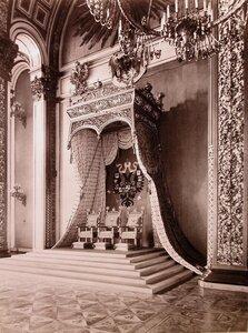 Вид тронного места в Андреевском (Тронном) зале Большого Кремлевского дворца (трон 1896 г. работы фабриканта П.А.Шмита выполнен по рисункам хранителя Оружейной палаты графа А.Е.Комаровского).