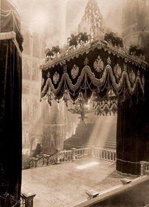Вид центральной части Успенского собора в Кремле, подготовленного к церемонии торжественной коронации.