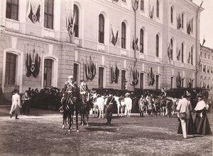 Горожане у здания [Арсенала на Сенатской площади Кремля] в ожидании церемонии [объявления даты священного коронования]; на первом плане - [генерал-адъютанты].