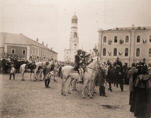 Герольды, сенатские секретари и кавалергарды направляются на Сенатскую площадь Кремля для объявления горожанам даты священного коронования; на втором плане в центре - колокольня Ивана Великого.