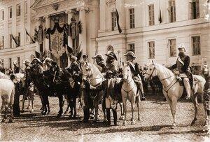 Генерал-адъютанты, обер-церемониймейстеры, церемониймейстеры, герольды у здания Сената на Сенатской площади Кремля в день объявления даты священного коронования.