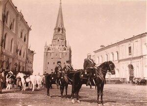 [Церемониймейстеры] на Дворцовой улице Кремля у Троицкой проездной башни.