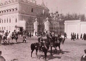 [Церемониймейстеры] проезжают мимо Малого Николаевского дворца (слева) в Кремле к Вознесенскому монастырю; на втором плане - Чудов монастырь.