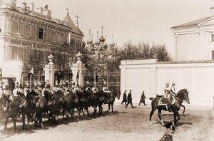 Конногвардейцы проезжают мимо Вознесенского монастыря в Кремле; на втором плане - Чудов монастырь.